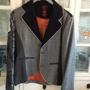 St. Martin kort jakke/ blazer med orange Silkefoer. Super lækker kvalitet og flotte farver. Fra 100 % ikke ryger hjem.