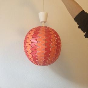 Fed retro loftslampe i rød og orange.  Fejler intet.  Den skal sælges hurtigt, da jeg skal flytte. Kom og gør dig et scoop!!!  Ca. 110 cm i diameter.
