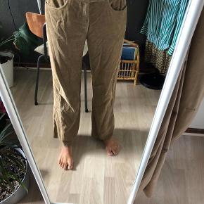 Vintage fløjlsbukser. Købt på vintage loppemarked. Bukserne er lidt store i livet, men passer en S/M