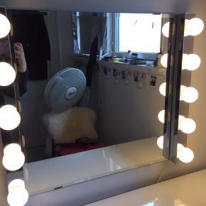 Nypris for en 379 kr LED-væglampe, der er 60x5 cm der er 2. Ingen skader og alle pærer virker :) Spejlet er 60x60 cm