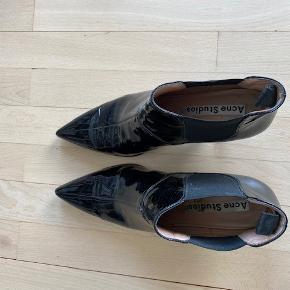 Lækre Acne Studio støvler med lille hæl i lak. Brugt få gange.