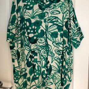 Fin skjorte kjole/tunika i viskose med lommer i siderne. Bm ca 2x77 cm Hel længde ca 90 cm Bytter ikke