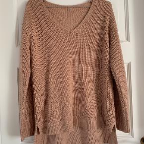 Jeg sælger denne fine H&M strik. Trøjen er super behagelig og varm at have på.