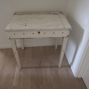 Super smukt, fransk køkkenbord. Der er opbevaring under bordpladen. Rigtig fint som skrivebord, i entreen - you name it. Fed patina med sjæl og charme.