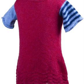 Hej allesammen.  Jeg strikker mine varer selv deraf navnet Annettes-haandstrik.  Annettes Haandstrik  Udsalgs pris 225,00 kr.   Ella  Kjole med skønne detaljer.   Den strikkes på rundpind med sødt hulmønster forneden.   Der er en lille slids i nakken med knap i kontrastfarve.   Der strikkes 2 forskellige ærmer, et med striber og et ensfarvet.   Fåes i lilla/grøn eller rød/blå  Strikkekit indeholder garn nok til 4 år.  DAO uden omdeling: FRA: 37,00 kr.  Prisen er fast,der er ca. 7 dages levering.  Se også de andre annoncer jeg har.  Jeg ser frem til en god handel  Lillestrik: Ella Kjole, strikkeKit (garn) Farve: lilla/grøn eller rød/blå Oprindelig købspris: 225 kr.