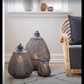 Sælger disse lækre lanterner fra COZY ROOM. Den store måler 45 cm og den lille 25 cm Kan bruges både ude og inde. Nypris den store er 585kr og den lille 285kr