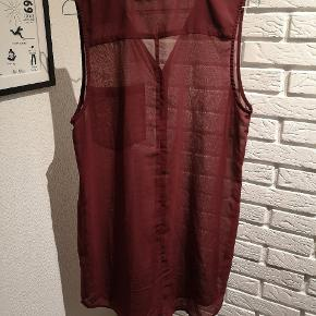 Sælger denne fine Bordeaux top/skjorte fra Second Female i str. Medium. Den er brugt en smule og har tråde og er løbet nogle steder og andre brugsspor kan forekomme.