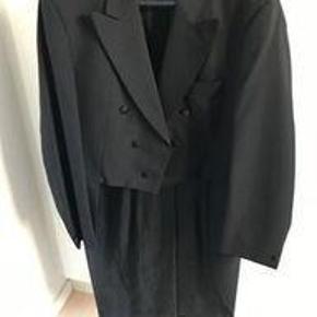 Brand: Turo Varetype: smoking Størrelse: L/XL Farve: Sort Oprindelig købspris: 3000 kr. Prisen angivet er inklusiv forsendelse.  Kjole og hvidt. Brugt få gange - fremstår som helt nyt. Består af: Sort jakke med svalehale, sorte bukser med silkebånd, sort vest, hvide seler og hvide handsker.  I jakke og buks står 116, - vi ved ikke om det er størrelsen. Skriv vedr. diverse ønskede mål. Har et par ekstra bukser i str. 52, som også passer til sættet, så der er 2 størrelser at vælge imellem.  MP 1250