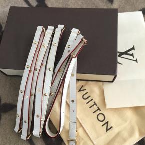 Louis Vuitton dobbelt suhali bælte i hvidt med guld hænglser og nitter. Bæltet måler 218 cm, og skal derfor 2 gange rundt om livet. Blev købt med en større samling Suhali tilbage i 2005, og har stadig den originale kvittering. Køber får kopi af kvitteringen. Vores datter ønsker ikke at bruge det, så derfor sælges det. Byd gerne
