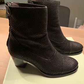 Rigtig flotte Billi Bi støvler i sort reptillæder. Støvlerne er kun brugt et par gange og er dermed i flot stand uden umiddelbart tegn på slid. Nypris 1400 kr.
