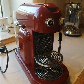 Nespresso maskine med steamer. Har haft den i køkkenet i 2 år, hvor den er blevet brugt on and off, ikke voldsomt meget. Virker som var den ny - ingen brugs spor. Kom gerne med bud 🌸. - sælges da jeg har fået ny maskine Sender gerne 👏🏻