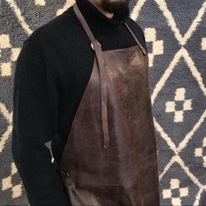 Håndlavet læderforklæde passer enhver pga de justerbare nakkesnører