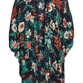 Lækker nederdel fra det Danske mærke Gestuz i 100% Viscose med elastik i taljen og lommer. Brugt få gange. Har også Kimonoen, se i min shop 🌸  Prisen er fast, handler via køb nu og sendes derefter med DAO❣️