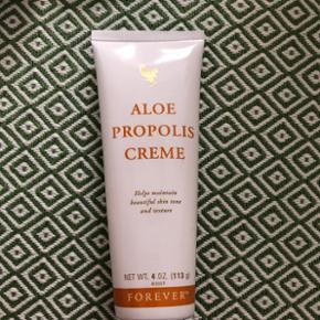 Aloe propolis creme er en fugtgivende creme, der er god til tør hud på hele kroppen. Både blødgørende og fugtighedsbevarende. Herlig honningduft. 4 stk. tilbage