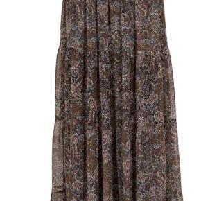 Flot nederdel i str L , brun med rosa i. Helt ny aldrig brugt,  stadigvæk med prismærke  i. Længde 105 cm  BYTTER IKKE  !!!  Prisen er 350 kr  Handler mobil pay