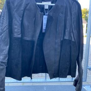 H&M premium læderjakke.  Kombi af ægte skind og ruskind. Alm i str