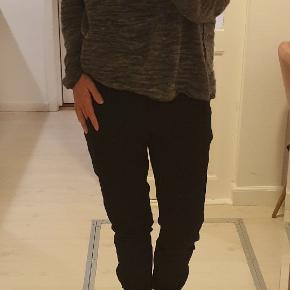 Tidløse, elegante InWear bukser I et blødt og stretchy materiale med et regular fit, paspolerede sidelommer og ribdetaljer på bagsiden af taljen og buksekanten. Der er lynlås ved benene.  Er i butikkerne nu. Nypris 800.  De er brugt 2 gange men er desværre lidt for små til mig.   Handler gerne mobilpay.