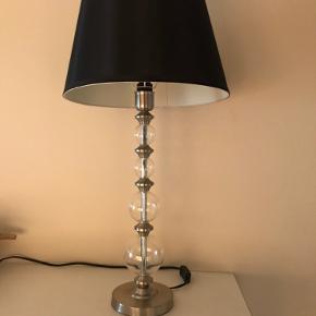2 lamper sælges samlet 400kr  Højde 66cm fra fod til skærm top  Skærm dia 32cm Kasse med pære medfølger