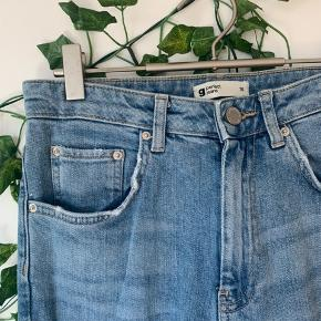 Lækre jeans fra gina tricot. Alm bukselængde og højtaljede. Med fede detaljer. 🥰