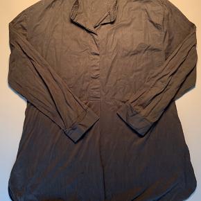 Skjortebluse fra COS / lidt afvasket men er i 100% bomuld så kan indfarves ved maskinevask