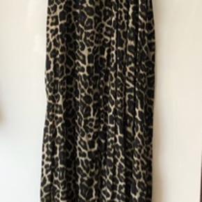 Mega flot festkjole. Den er gulvlang og lukkes med 3 knapper i ryggen. Den er 108 cm rund om brystet, og 150 cm lang. Flot detalje på halsen med påsyet perler.