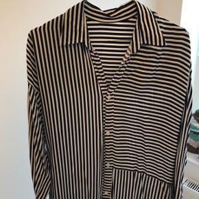 Skjorte-kjole købt i Vietnam. Syet i hånden og lavet af miljøvenligt materiale. Passer str. 34-40
