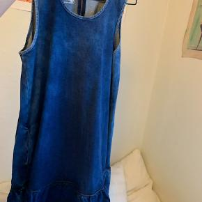 Sælger denne smukke denim kjole fra Baum und Pferdgarten, da jeg ikke har fået den brugt. Den koster 1300kr for ny, og kan ikke længere købes i butikkerne.