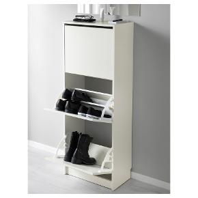 Opbevaring til sko med tre hylder / skuffer (se billeder).