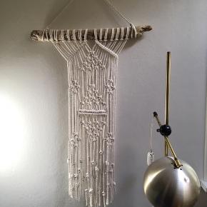 Håndlavet macrame vægtæppe med drivtømmer fra Jyllands kyst og 4 mm naturlig hvid bomuldssnor.   Unik vægdekoration, da hvert vægtæppe er håndknyttet af mig. ➰😊  Højde: 80 cm (uden ophængssnor) Bredde drivtømmer: 53 cm  Bredde vægtæppe: 22-34 cm