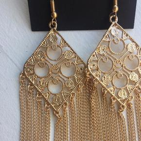 Flotte guldfarvede øreringe. Ca 11 cm lange, aldrig brugt 😊  Se også mine andre annoncer, og giv et bud!