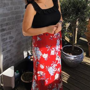 Smuk rød nederdel med blomsterprint fra NLY Trend.   Str. M.   Bud modtages.   Kan sendes med DAO eller afhentes i Charlottenlund.