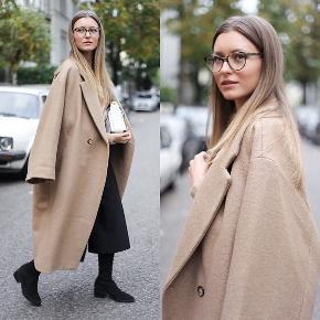 H&m uld frakke fra trend afdelingen  Den mest populær frakke H&m har lavet.  Set på mange kendte og blogger herhjemme! Frakken er købt for 2000 kr  Str er 42  Frakken er oversize i modellen.  Ønsker kun seriøse henvendelser.  Frakken er brugt minimalt, så den er stort set som ny