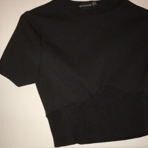 Prettylittlething crop t shirt buStier str 36. Aldrig brugt. Ingen bytte. Sælges for 100 pp