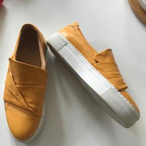Rigtig lækre og flotte Billi Bi sneakers. Indvendig sållængde 27 cm.