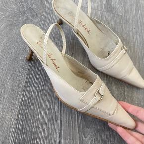 Vintage Heel som er købt i Frankrig for omkring 20 år siden. Skoen har meget få tegn på slid, den indvendige sål har en smule pletter efter brug, men thats it. Den er vildt behagelig at have på og kan gå i i flere timer ⭐️
