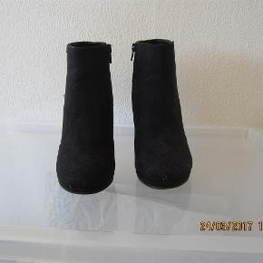 Varetype: LAV STØVLE M. HÆL Farve: SORT Oprindelig købspris: 399 kr.  Lav støvle med høj hæl. Sort med Nitter på hælen. Lynlås på indersiden. Aldrig brugt str. 39