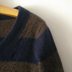 Varetype: sweater pullover trøje strik 100% uld Farve: brun blå Oprindelig købspris: 1100 kr.  JEG LUKKER ANNONCEN I DET ØJEBLIK VAREN ER SOLGT!  Jeg bytter desværre ikke, ejheller delvist. Prisen er fast og står angivet ovenfor. Vær sød at respektere dette. Evt. fragt tillægges og er angivet nedenfor.  * * * VARE INFO * * * Pæn stand, brugt få gange håndvasket med uldsæbe  mål ærmelængde fra armhulen 43 længde fra nakken og ned 60 armhule til armhule 42  materiale 100% lammeuld  Det er mig der agerer model, jeg er 168 høj, jeg er en regulær størrelse small/36  og vejer 58 kg  * * * HANDELS INFO * * * - Ønsker du en TSpay (TRENDSALES HANDEL) tillægges gebyr på 5% den angivne pris og fragt - Ønsker du at HANDLE VIA BANK/MOBILEPAY skriv din mail, så kontakter jeg dig med info - Ønsker du at AFHENTE er du velkommen hos mig på Amager (500 m. fra både Amagerbro og Islandsbrygge metro st.) skriv din mail, så kontakter jeg dig med info, jeg kan KUN mandag - torsdag kl 17-18 - Jeg mødes IKKE ude i byen og handler  * * * FRAGT * * *  - Fragt er angivet som pakke uden omdeling DAO 37kr (afhentet nærmeste DAO kiosk (http://www.dao.as/vores-pakkeshops/)(med 'DAO' forsikring, track and trace)(http://www.dao.as/language/da/) - Fragt pakke uden omdeling 49kr (afhentes på nærmestposthus/postbox)(med 'Postnord' forsikring, track and trace) - Fragt pakke med omdeling 73kr (afhentes på nærmestposthus/postbox)(med 'postnord' forsikring, track and trace) - Fragt som brev post 54kr (uden 'postnord' forsikring)(handler ikke TSpay brevpost uden indleverings attest +14kr)  * * * ØVRIG INFO * * * - Mit hjem er et ikke ryger hjem og jeg holder ikke husdyr.  - Jeg bruger ikke parfume