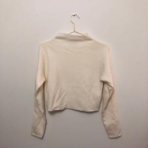 Off white merino wool crop top sweater from Club Monaco. Never worn, DKK 175,- or best offer.