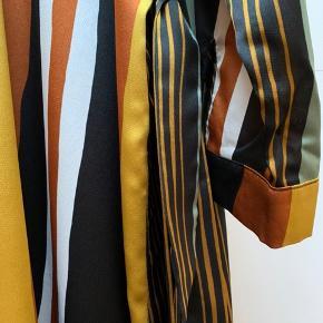 Smuk lang skjorte str L  Bruges som kimono med bindebånd, kjole eller stor skjorte