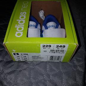 Adidas sko str 17, aldrig brugt. I original æske.