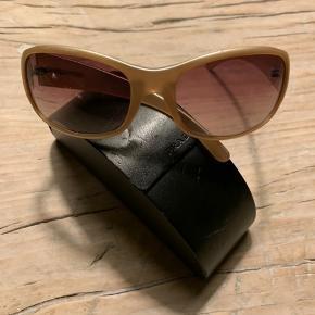 Solbriller fra Prada med etui. Fejler intet, men der er selvfølgelig almindelige brugsspor.