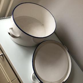 """Glud & Marstrand (""""Madam Blå"""") stort vaskefad med låg. Hvid + mørkeblå emalje. Kan også bruges til blomster og andet. Der ses brugsspor jf billeder. L x B x H = 42 x 29 x 13 cm.  ▪️Velkommen i shoppen 🤩👗☘️ ▪️Bud er altid velkomne 🌹📸💰 ▪️Tager ikke billeder med tøjet på ‼️‼️ ▪️Sender udvalgte varer 📦🔍💌 ▪️Afhentning nær Nørrebro st. ☑️ ▪️Ingen byttehandler 🔁🌸🖖🏼🌼"""