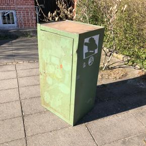 Super cool gammelt tysk værkstedsskab i grøn metal 💚💚💚 Med 3 hylder, samt udtræksskuffe 👍 Man kan evt fjerne klistermærkerne. Kan fx bruges som råt barskab 👌🏻✨✨H96 B50 D40 cm. Pris 600,- kr.