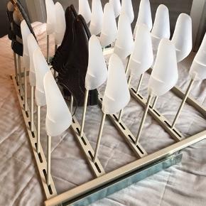 Sko stativ på skinner/skoleholder indsats til skab. Designet til IKEA's PAX serie, men har været sat i et hjemmebygget skab uden problemer. Sælges da det bogstaveligt talt aldrig har været brugt, blot stået tomt. Fungerer perfekt og har ingen fejl eller skader. Beslag og det hele følger med og det er super nemt at sætte op (kræver blot 4 skruer)  MÅL B: 71 D: 56 H: 34  Skal afhentes i Næstved. (Kan muligvis afleveres i Kbh men det vil kræve nærmere aftale)