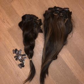 Hair extensions med clips. Mørk brun, men kan farves, da det er ægte hår🥰  det trænger til noget hårkur😇  Der er forskellige længder mellem 35 cm og 60 cm cirka(!) det gør det mere naturligt at se på! Ikke alle totter har clips på, men jeg har nogle ekstra, som du selv kan sy på eller du kan sy totterne fast til nogle af de andre totter med clips😎   Giver længde og volumen  400 g😊