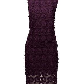 Jeg sælger min enkle og elegante Mayer dress fra Samsøe Samsøe. Den er kun brugt én gang til et bryllup.   Str. XS passer også en S Yderstof: 100% polyester For: 100% Viscose  Farve: potent purple   Kjolen er knælang og har slidser i siden.   Nypris: 1250,-