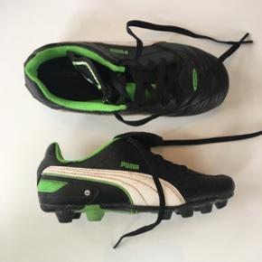 Puma fodboldstøvler til børn. Størrelse 22. Sorte med grønne detaljer.