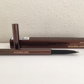 HOURGLASS Arch bryn blyant i farven ASH med en trekantformet spids der kombinerer fordelene ved pudder, pen og voks i et enkelt produkt til naturligt definerede bryn. Den er ny og kun lige brugt 3 gange.