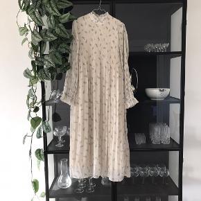 Super smuk lang kjole fra ganni sælges! Brugt en enkelt gang - fremstår som ny.