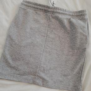 Lækker blød nederdel med lommer. Aldrig brugt, stadig med prismærke.   - Handler kun via MobilePay - Køber betaler Porto, sender med DAO - Kan hentes i Helsingør eller Hillerød - Bytter ikke